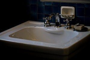 薄暗い洗面台